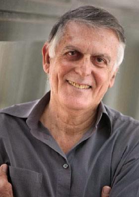 Даниэль Шехтман родился в Тель-Авиве в 1941 году. В 1966 году в Технионе он получил степень бакалавра, в 1968 году — магистра, а в 1972 году — PhD.